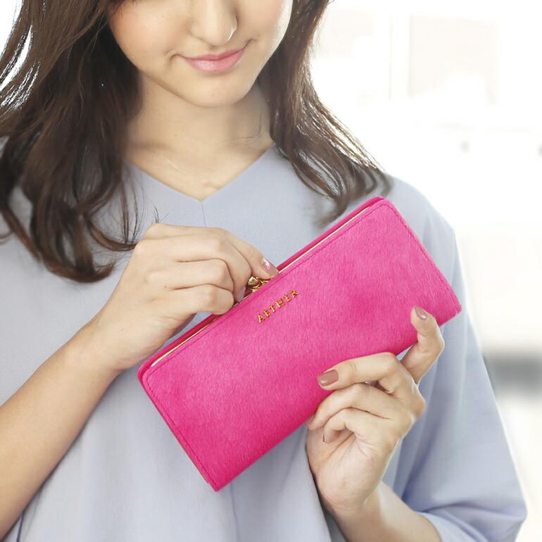 ローズピンクのがま口財布を持っている画像