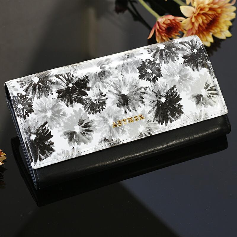 花柄の黒い二つ折り長財布