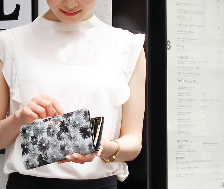 白黒のがま口長財布