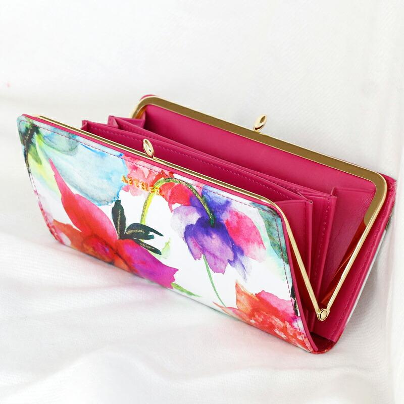 花柄のエナメルレザーがま口長財布