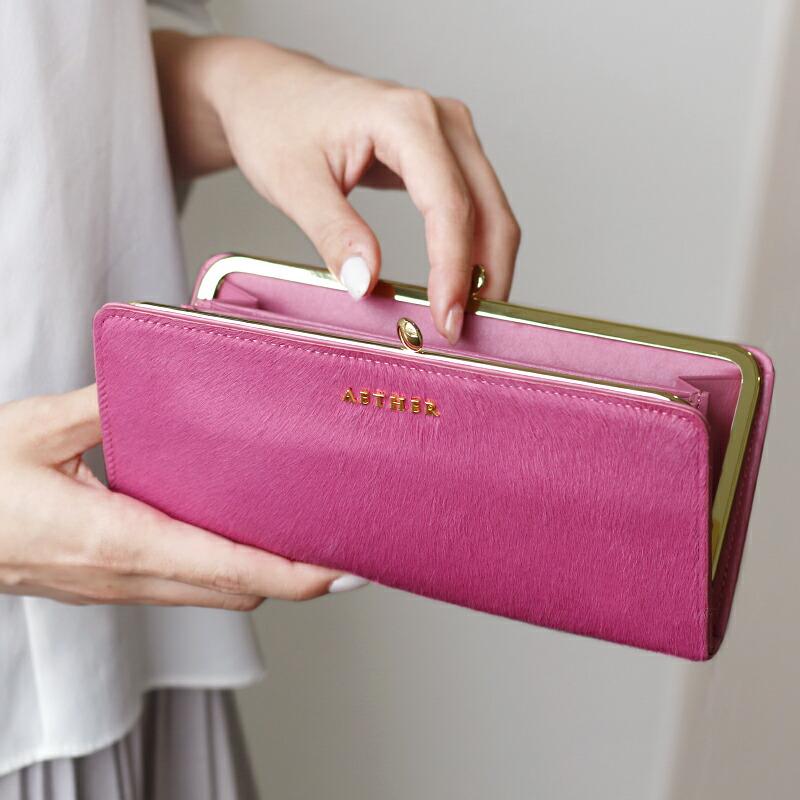 ピンクがま口財布を開いている画像