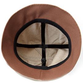 十字のリボンが帽子を支える
