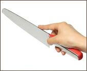 iittala(イッタラ)/Knives(ナイヴズ)を女性が持ったところ