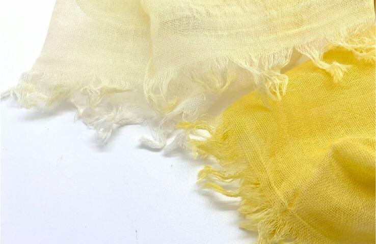 新万葉染花衣ストール 菜の花 春夏 スカーフ マフラー レディース 綿 綿100% おしゃれ かわいい UV 上品 大人 グラデーション イエロー 菜の花色 黄色> 自然由来の染料で染めた美しい色合いが特徴です。肌なじみが良く、どんなお洋服にも合わせられます。<br> 白色とのグラデーションが、柔らかな印象を与えます。<br> ストールの巻き方によって動きがでて、巻き方によって全く違った印象になります。  <br><br><br>   <img src=
