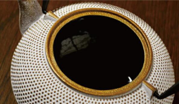 南部鉄器 急須 アラレ 0.6L 白/ゴールド カラーポット 伝統工芸 カラー 日本製 北欧 ティーポット ロジアソシエイツ Roji ホワイト 金 ギフト 贈り物 鉄器 ホーロー 600ml