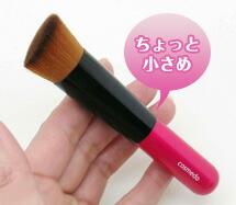 ピンクとシックなブロンズの2色。ハンドルは水に強いアクリルを採用