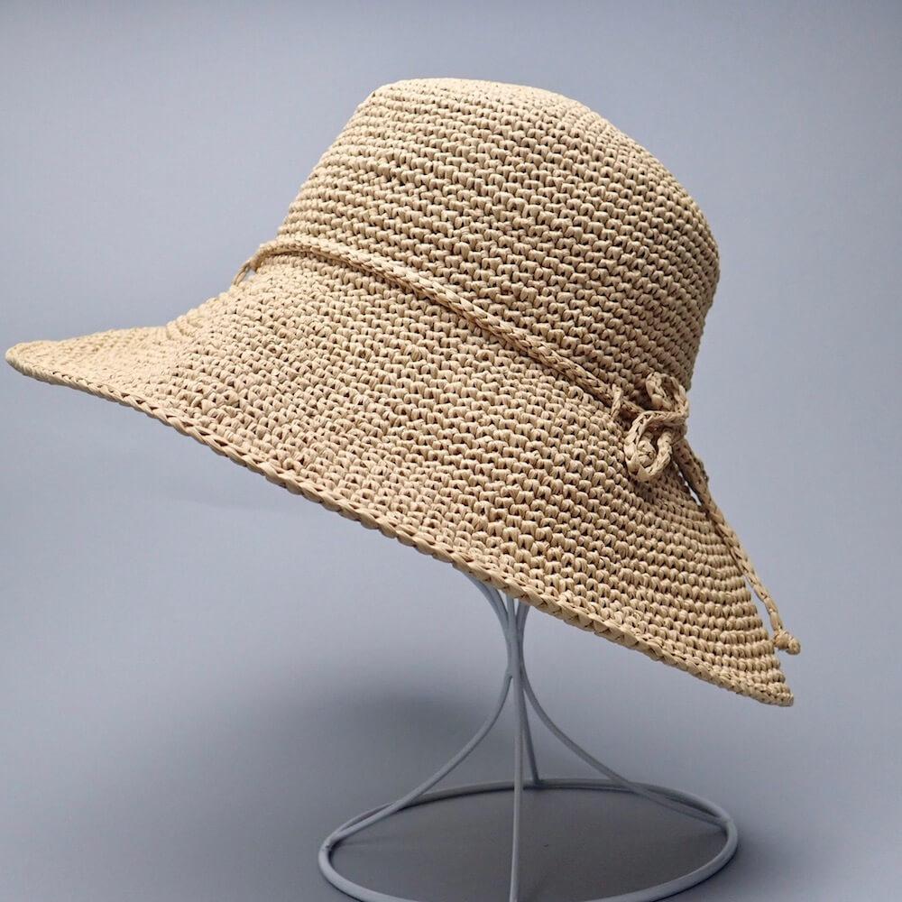 コットンラフィアのクローシュハット、編み物初心者にオススメ。ヘレンカミンスキー風の麦わら帽子です。