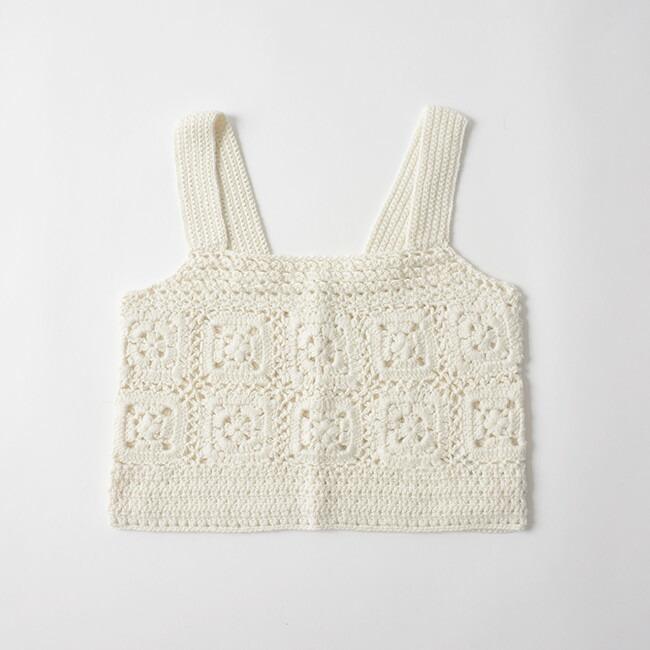 4e8d33f574e39 丁寧にハンドメイドされたかぎ針編みは、透かし編みが採用されているので、ニットでも重くならずに重ねて着用いただけます。  バックは5つボタン仕様になっていて、全体 ...