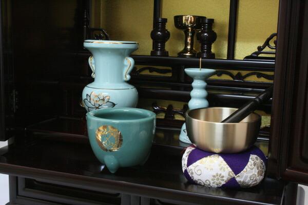 西本願寺用仏具セットがついていま す。