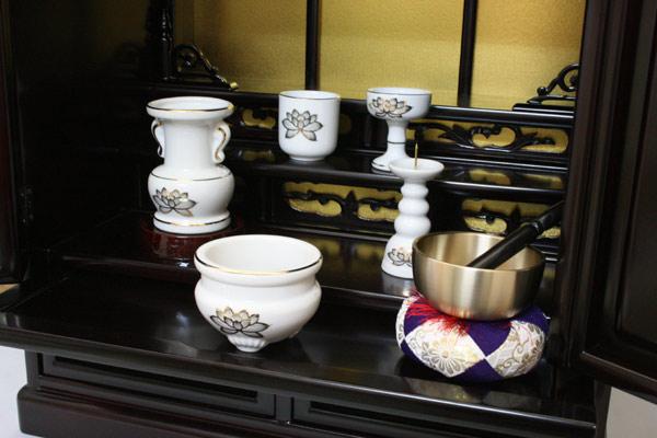 陶器白上金蓮5点セットとりんセッ ト:2.5寸がついています。