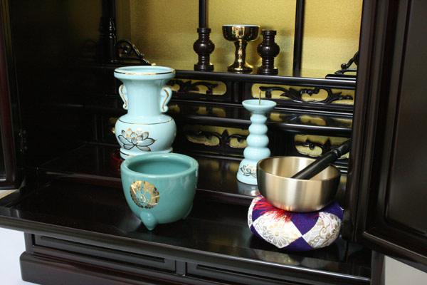西本願寺用仏具セットがついています。
