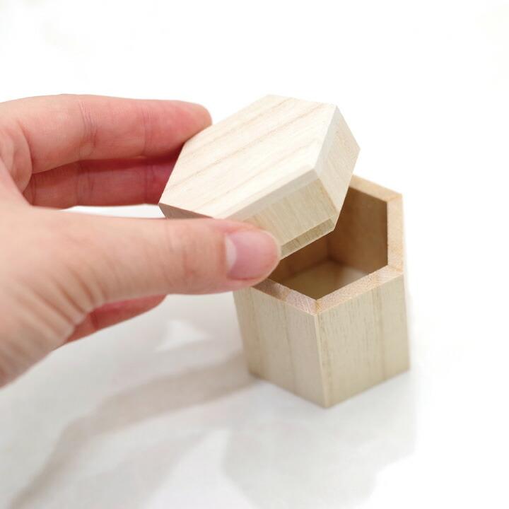 木製独自のぬくもりを感じるミニ骨壷