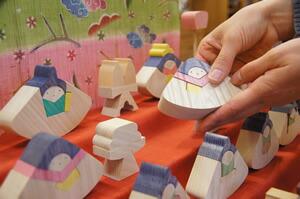 子供と一緒に飾る組み木の雛人形