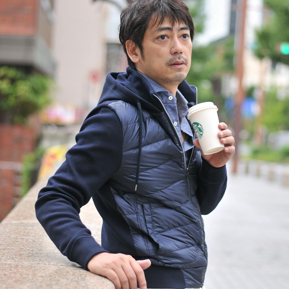 ニットコンビダウンジャケットを着る男性モデル