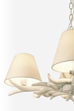 鹿の角をモチーフにしたシャンデリア風ランプ