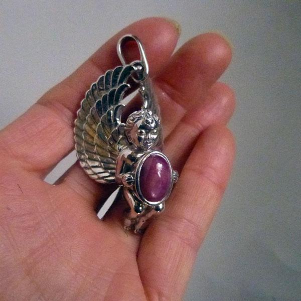 天然AAA大粒アフリカンスタールビー宝石を抱えるガーディアンエンジェルペンダント ロジウム加工 スターリングシルバー天使のジュエリー