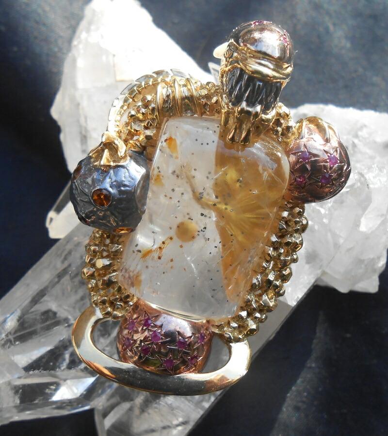女神ガイアの祝福ふりそそぐ手彫りの1点もの芸術作品ペンダント、パイライト、スペサルタイトガーネット、ピンクサファイヤ