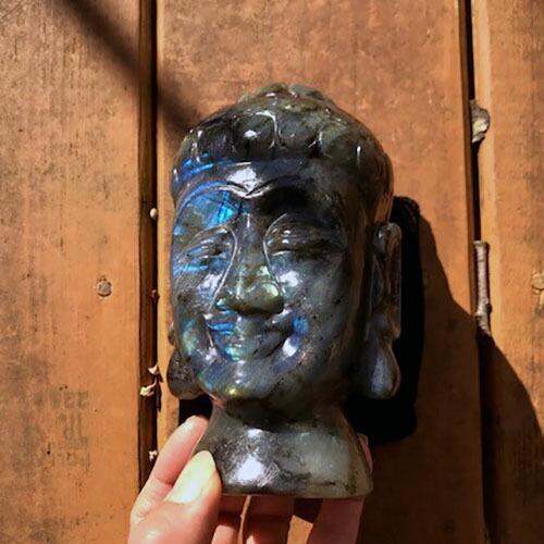 天然ラブラドライト 手彫りの仏陀様 ブッダフェイス ベルベットピロー付き
