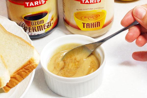 ターヒン(トルコのゴマペースト)とユズムペクメズィ(トルコのブドウ濃縮液)を混ぜる。