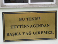 「BU TESISE ZEYTINYAGINDAN BASKA YAG GIREMEZ.」と書いてある看板