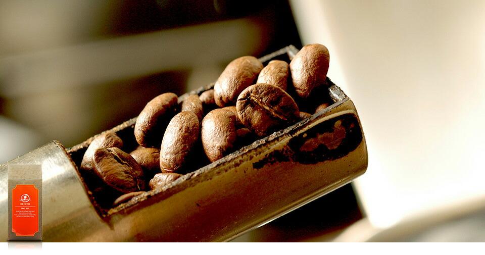 コーヒー豆の焙煎具合を確認している様子。目指したのは、口当たりの心地よい「コク」のある味わいです。