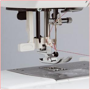 ワンアクション糸通し<br>針穴への糸通しも片手でサッと簡単。糸通し器をおろした状態で固定するので更に操作しやすくなりました。