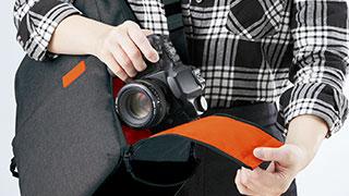 カメラ専用収納口付き