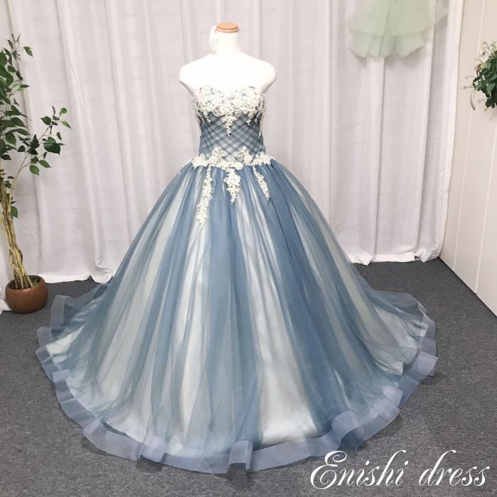 ec47c7c523c00 人気の高いブルーグレーのカラードレスになります♪ 手縫いのクリスタルをあしらった繊細でシンプルな一着です♪ 結婚式、披露宴、二次会、前撮り、パーティーのシーン  ...