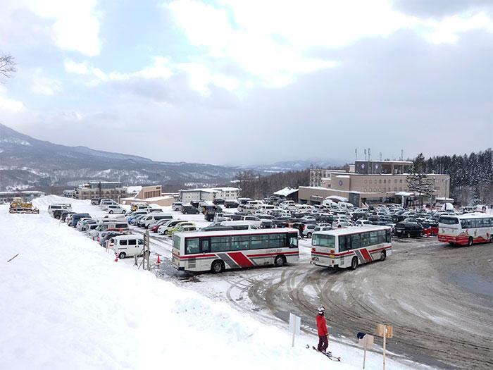 冬の観光シーズンは駐車場が満車になり、観光や送迎バスで大渋滞。