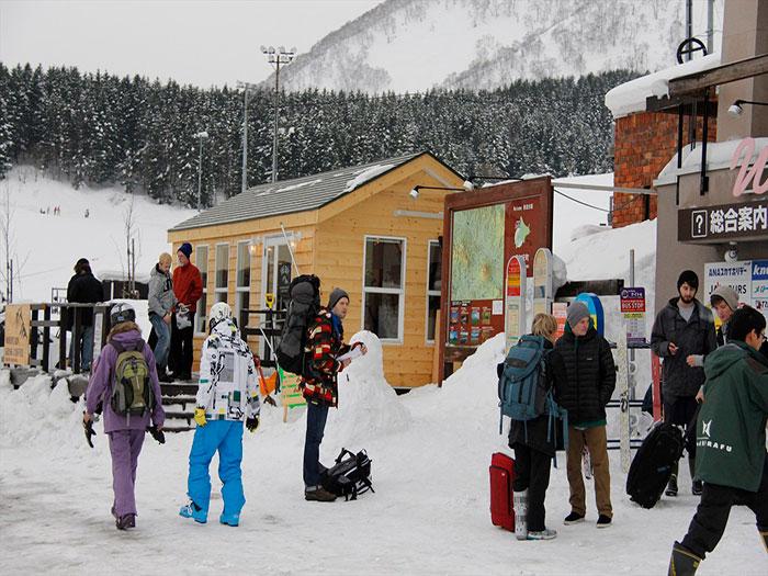 コロナ前に賑わっていた、ひらふスキー場で楽しむ海外からの観光客。