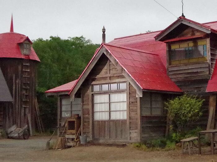 「柴田家母屋・牛舎・サイロ」の外観を再現し、「牛舎」は内部を展示室にします