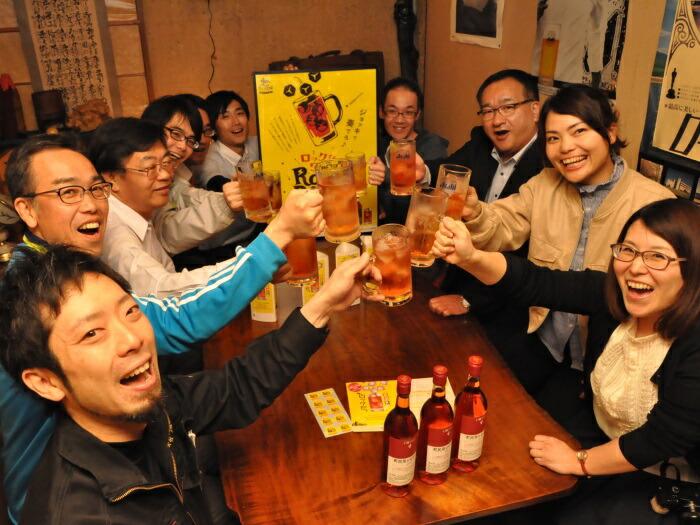 毎年6月9日はロゼロックの日!町内飲食店でビールジョッキにロゼワインを注いで乾杯
