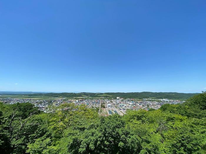 大自然に囲まれる浦幌町市街地の全景