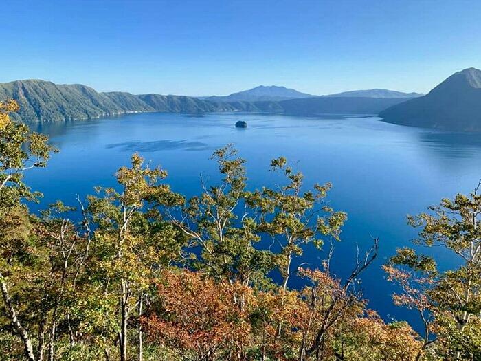"""""""摩周ブルー""""と称される美しい湖面を持つ摩周湖は、世界的に有名な景勝地です。"""
