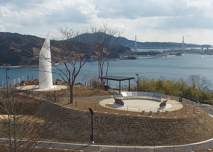 【復興祈念公園】祈りの帆 -セイル- (左)と犠牲者銘板(右)