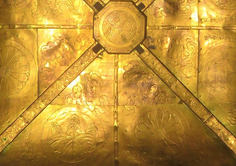 慈恩寺本堂内にある天蓋に刻まれている三葉葵と菊の御紋