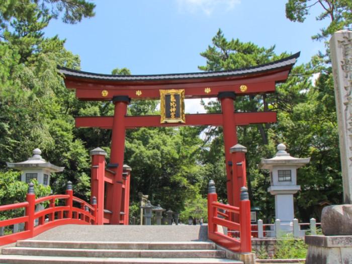 氣比神宮の大鳥居は日本三大木造鳥居の一つ。