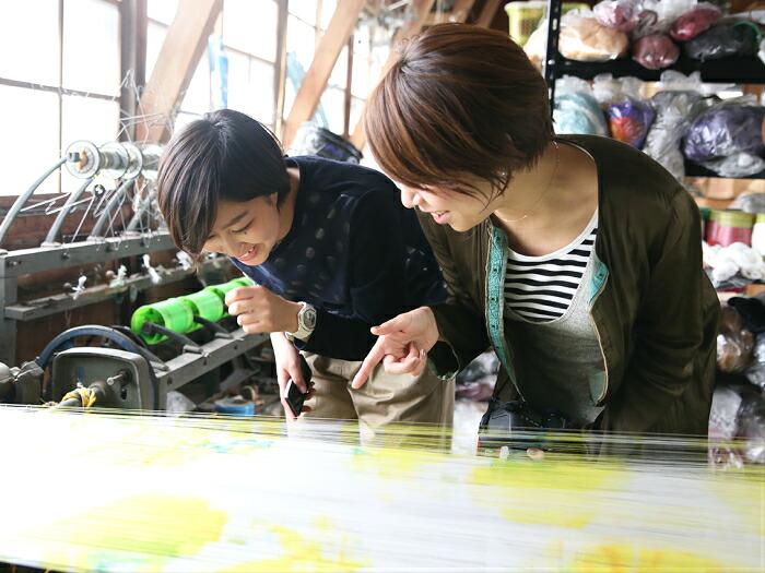 織物に興味を持ち、織物工場を訪れる若者