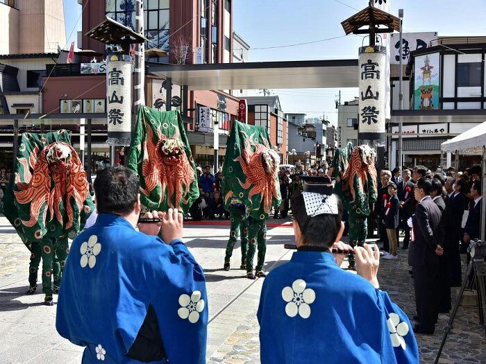 観光客で賑わう春の高山祭
