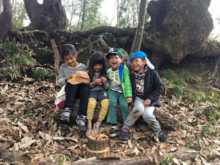 里山で遊ぶ子どもたち
