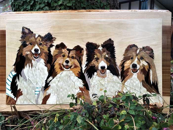 静岡県伊東市 伊豆・伊東 森のぞうがん美術館 木象嵌で作る愛犬肖像画「寄り添う4匹」1枚...