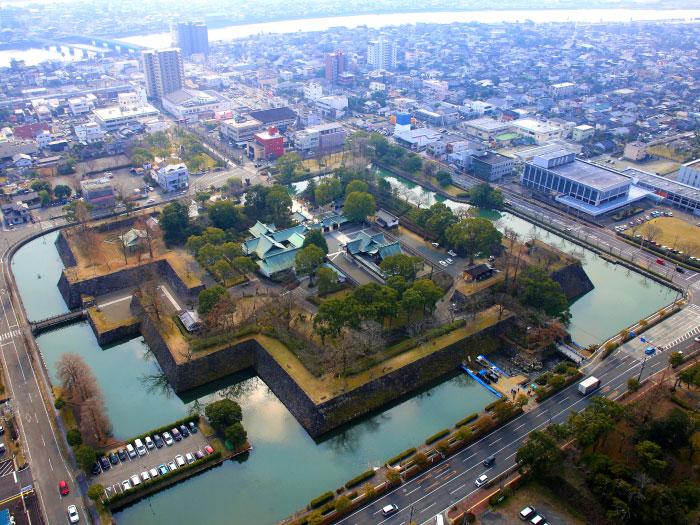 「八代城跡」の空撮写真。ドローン等を用いて様々な角度から文化財の姿を発信します