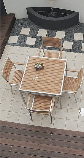 シャープな印象のアルミとナチュラルな印象のチークを組み合わせたテーブル&チェア