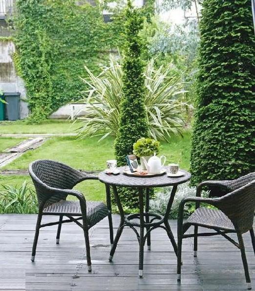編み込みのテーブル&チェアはシックな色合いで、季節の緑がよく映えます