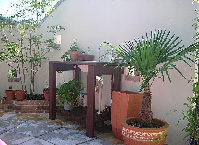 ガーデンテーブルを一つ一つ丁寧に手作業で製作しております