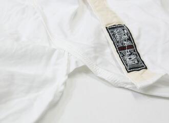 裾内側にユニオンチケットをモチーフにしたタグと裾サイドには補強のためのマチ。