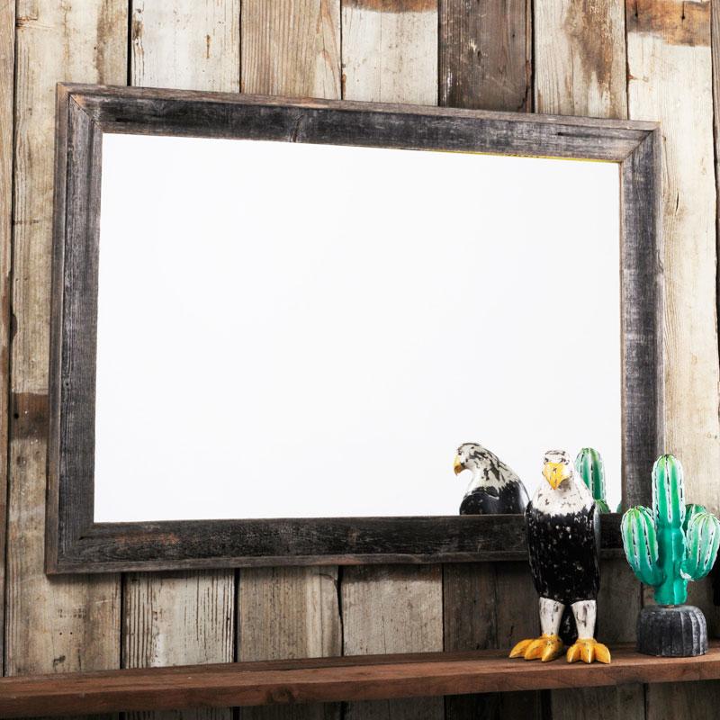 バーン・ウッド・フレーム 24×36インチに、鏡を納めた様子