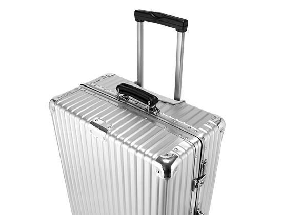 耐久性を飛躍的に高めるリブ加工されたRIMOWA(リモワ)のスーツケース