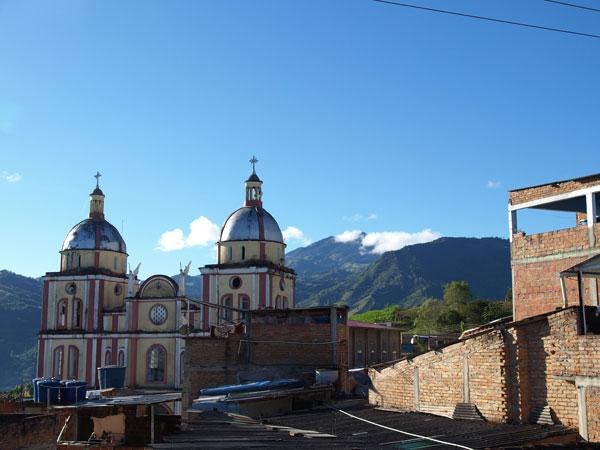 特徴的な、スペインの影響を受けたアンティオキア植民地風の建築物