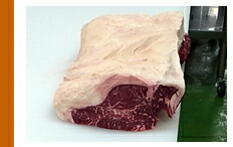 別のまな板の上でひっくり返してから表面を削り取った肉